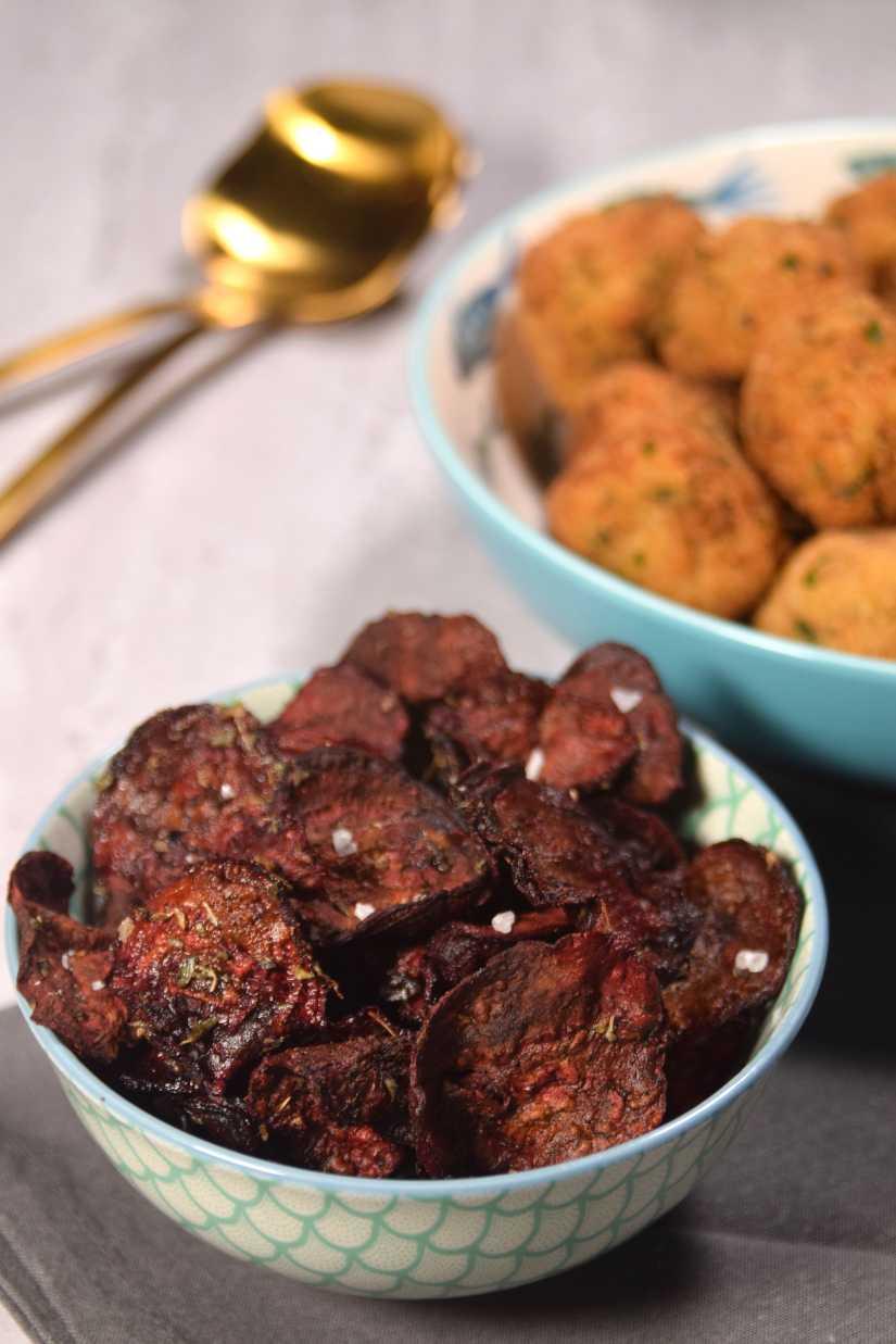 Chips cotte al forno di barbabietola o rapa rossa