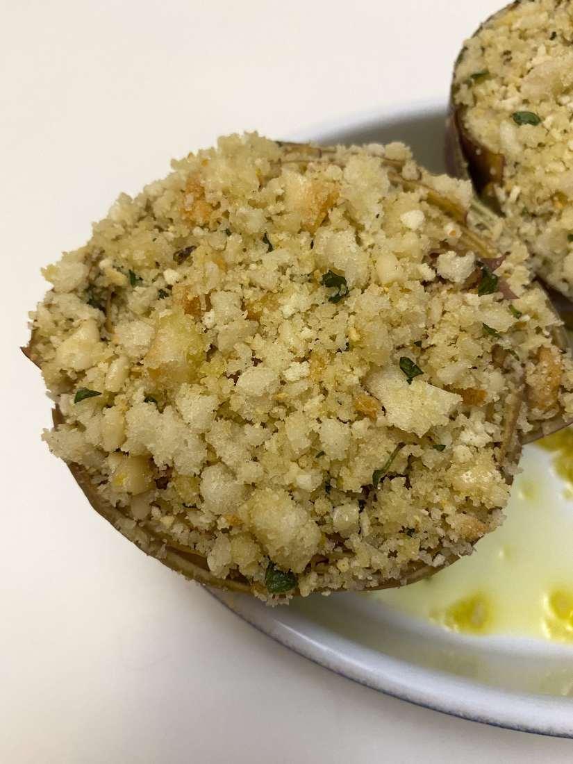 Carciofi ripieni con pane, pinoli ed erbe aromatiche