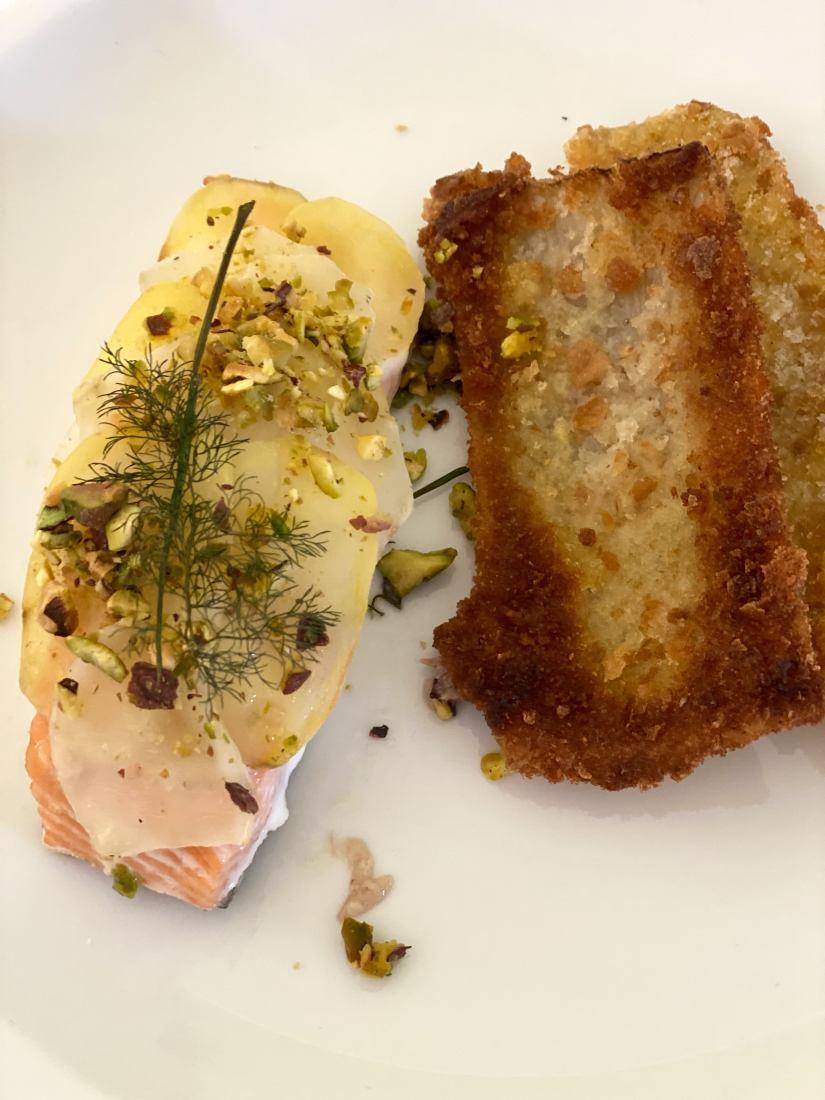 Trancio di salmone in crosta di patate e topinambur servito con contorno di cardi fritti