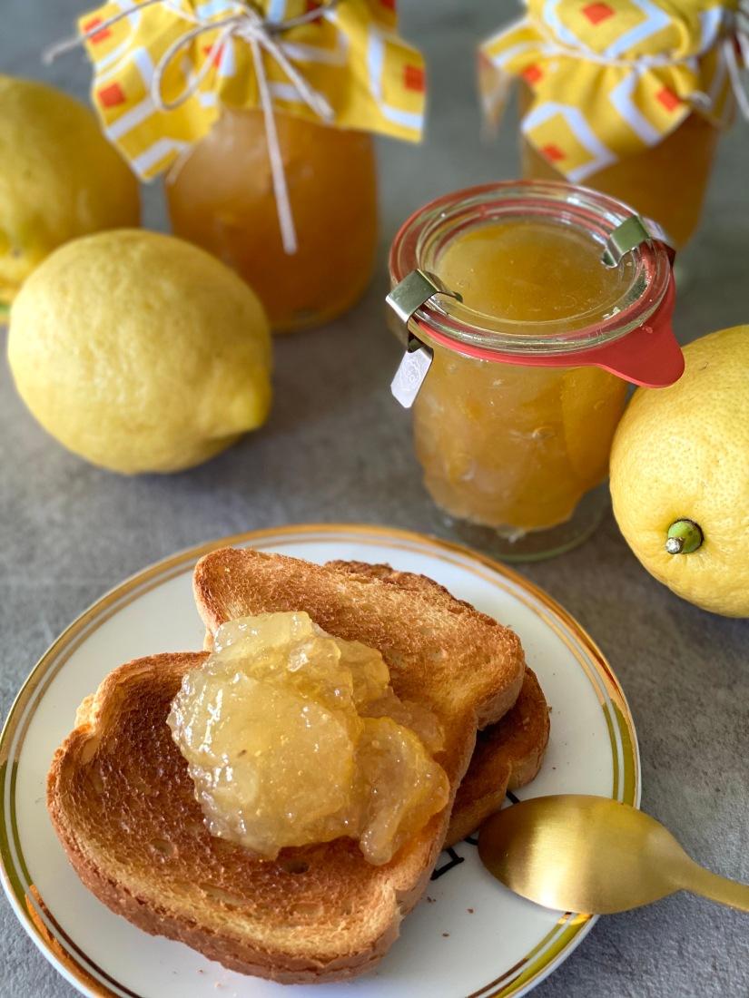 Marmellata di limoni con buccia: perfetta per la colazione su una fetta di pane tostato