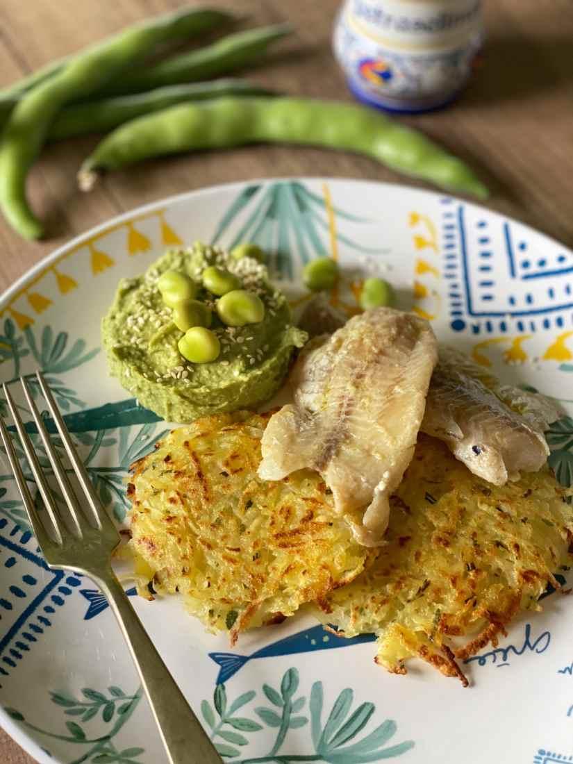 Rösti di patate con erbe aromatiche serviti con filetti di pesce e cream di fave